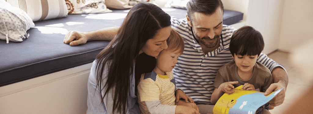 Niño leyendo con sus padres