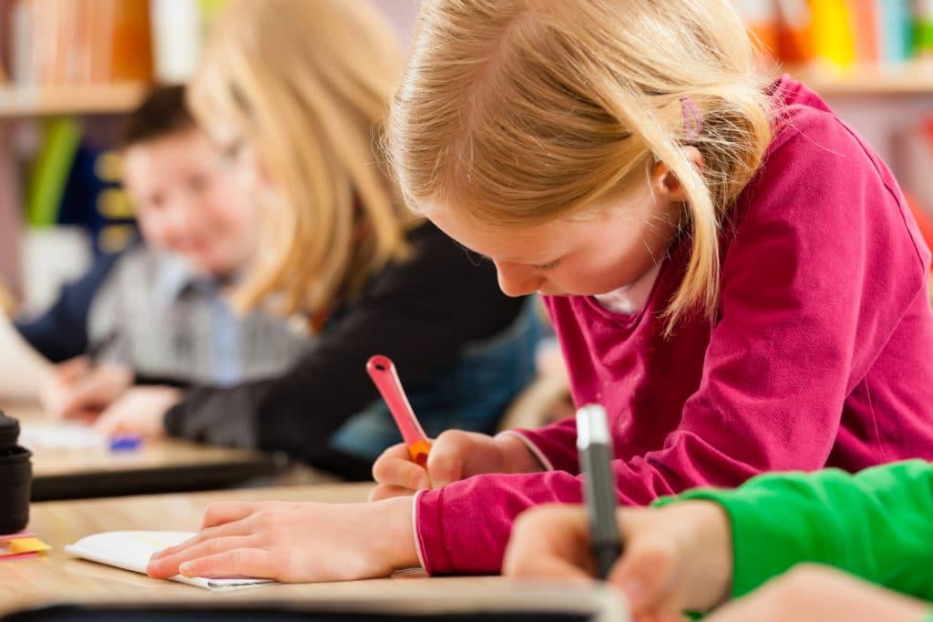 Niños aprendiendo a escribir