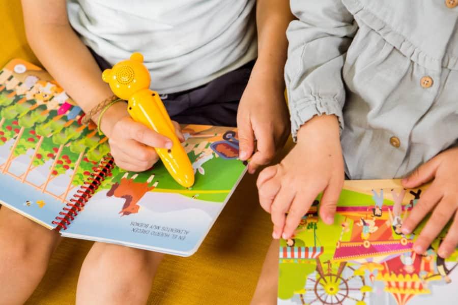 Niños leyendo libros interactcivos